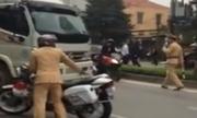Đám đông la hét khi xe tải rồ ga bỏ chạy giữa vòng vây cảnh sát