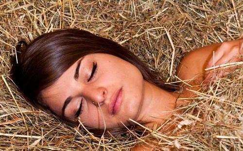 Hit the sack/ hay: đi ngủVí dụ: Time to hit the hay. (Đã đến lúc đi ngủ rồi đây)