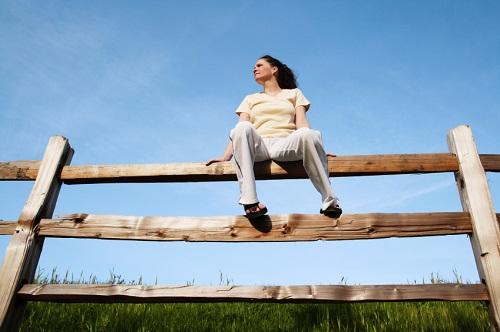 Sit on the fence: remain neutral on a certain topic, to not have a stance or opinion: ngồi trên hàng rào ranh giới - lưỡng lự, trung lập, không chọn về phía nào.Ví dụ: You should make a decision; you cannot sit on the fence. (Anh nên đưa ra quyết định đi chứ, không thể lưỡng lự như thế mãi được)