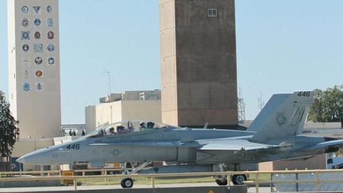 Một chiến đấu cơ F/A-18 Super Hornet đậu tại căn cứ Lemoore trong bức ảnh chụp năm 2010. Ảnh: USNavy
