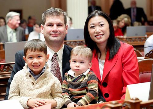 Thượng nghị sĩ Janet Nguyễn và gia đình. Ảnh:nguyen.cssrc