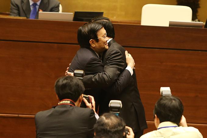 Tân Chủ tịch nước ôm chặt người tiền nhiệm