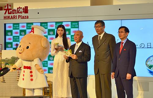 Từ trái sang:Nữ diễn viên Ayaka MiyoshiẢnh:Isenpai