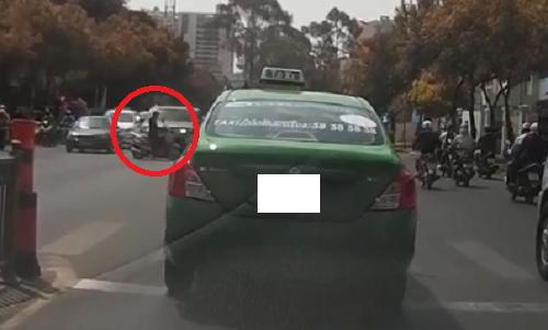 xe-may-cung-dau-ep-taxi-vuot-u-phai-lui-tranh-duong-2