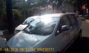 Xe máy 'cứng đầu' ép taxi vượt ẩu phải lùi tránh đường