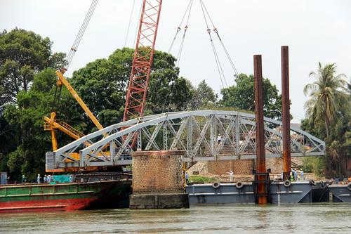 Nhịp cầu cuối cùng được gỡ bỏ khỏi cây cầu hơn 100 năm. Ảnh: Phước Tuấn