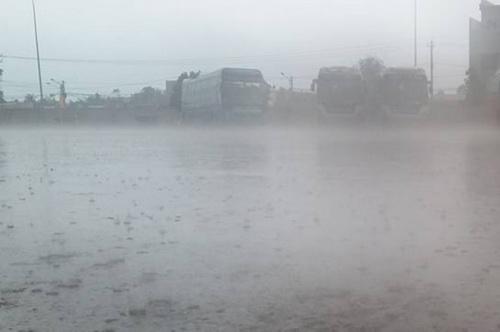 Cơn mưa lớn chiều nay tại TP Rạch Gía. Ảnh: Phúc Hưng