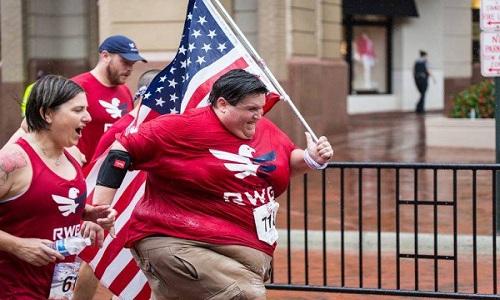 Mitchell bị bệnh béo phì do khối u ở tuyến yên nhưng vẫn nỗ lực tham gia các cuộc thi chạy để giảm cân. Ảnh: odditycentral