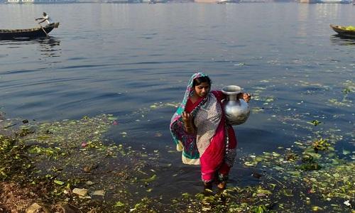 Hàng triệu người nghèo ở Bangladesh phải dùng nước nhiễm asen. Ảnh: SCMP