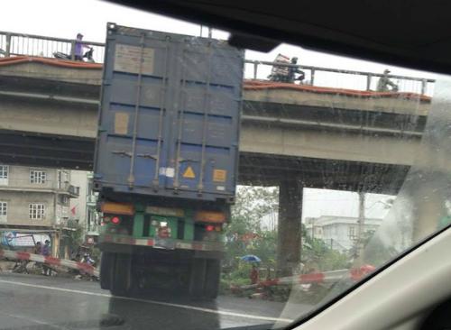 container-mat-lai-dam-xuyen-hang-rao-de-oto-con-2