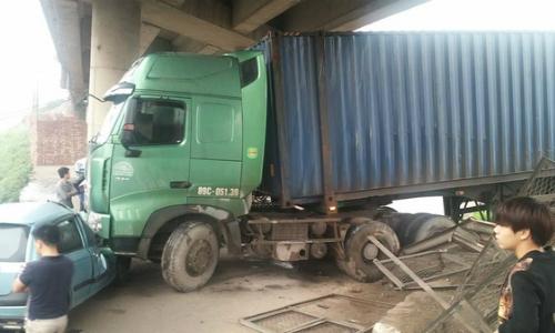 container-mat-lai-dam-xuyen-hang-rao-de-oto-con