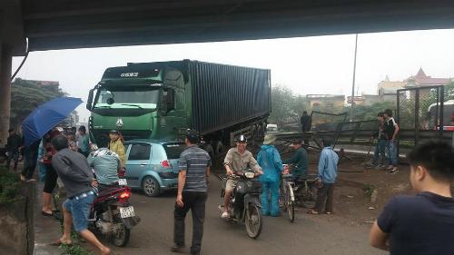 container-mat-lai-dam-xuyen-hang-rao-de-oto-con-1