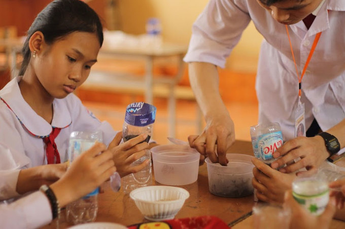 Học trò nông thôn tập làm mô hình khoa học