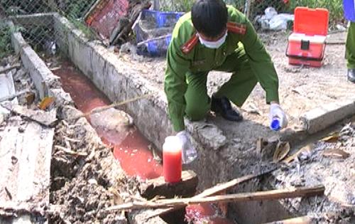 Nước thải tại lò mổ được xả thẳng ra môi trường, gây ô nhiễm. Ảnh: Lê Bình