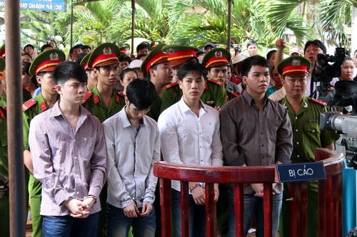 Băng cướp bị đưa ra xét xử lưu động tại xã Long Giao, huyện Cẩm Mỹ. Ảnh: Phước Tuấn