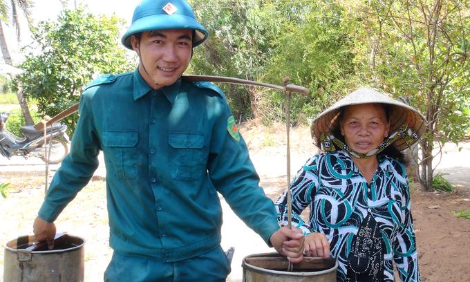 Bộ đội chia nước ngọt cho dân vùng thiên tai lịch sử