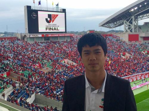 Công Phượng trả lời phỏng vấn báo Nhật bằng tiếng Anh.
