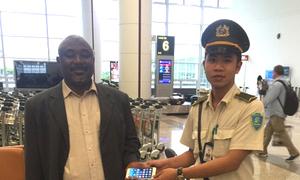 Nhà ngoại giao bỏ quên điện thoại iPhone 6 ở sân bay Nội Bài