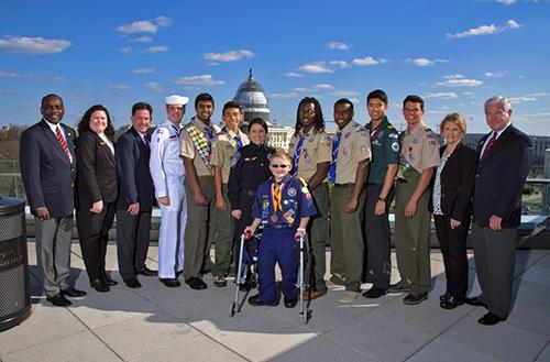 Tạ Di Đan và đoàn hướng đạo sinh chụp ảnh trướcNhà Quốc hội Mỹ. Ảnh: NVCC