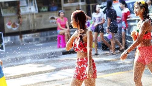 Lễ hội té nước Songkran thu hút hàng nghìn khách du lịch tới Thái Lan mỗi năm. Ảnh: News.com.au