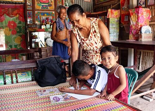 Ngoài việc lo cái ăn, vợ chồng ông Thạch Tương còn phải thay cha mẹ chăm sóc, dạy bảo hai đứa cháu ngoại