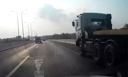container-ep-xe-khach-dung-banh-tren-cao-toc-long-thanh-dau-giay