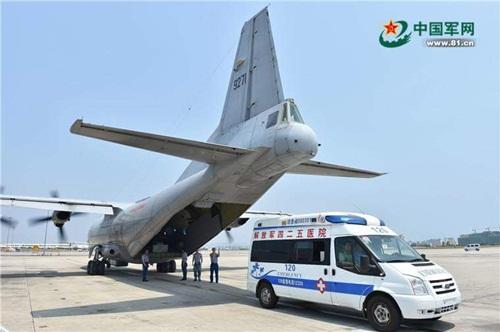 Máy bay Y-8 hạ cánh phi pháp xuống đá Chữ Thập để đưa ba công nhân bị bệnh về Tam Á. Ảnh: ChinaNews