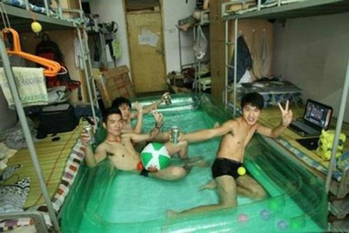 Đầu tư hẳn bể bơi trong nhà.
