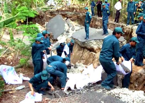 Lực lượng dân quân địa phương xử lý hậu quả sạt lở, mở đường tạm cho dân đi