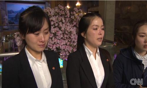 Nhân viên nhà hàng Triều Tiên khóc khi trả lời phỏng vấn, cho rằng đồng nghiệp bị lừa sang Hàn Quốc. Ảnh: CNN