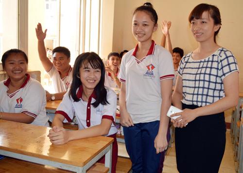 Hà Vi tự tin trong ngày đầu nhập học và được sự đón nhận của cô giáo và bạn học cùng lớp. Ảnh: Kh.Uyên