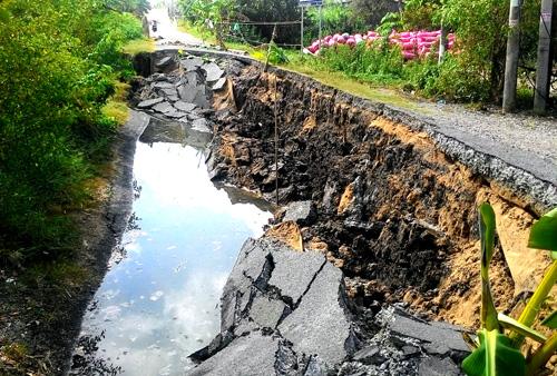 Nhiều tuyến đường ở xã Khánh Hải tiếp tục bị sạt lở. Ảnh: Phúc Hưng