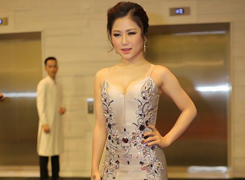 Hương Tràm mất điểm với váy hở ngực.