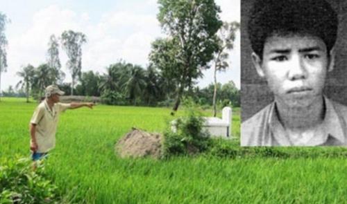 Người thân của nạn nhân chỉ lại hiện trường mà Lê Văn Tấn (ảnh nhỏ) gây án hồi năm 1997. Ảnh: Nguyễn Hiếu