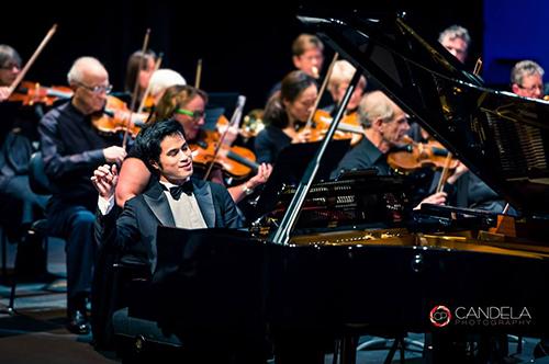 Hoàng Phạm trong một buổi biểu diễn cùng giàn giao hưởngWhitehorse tại Melbourne. Ảnh: NVCC