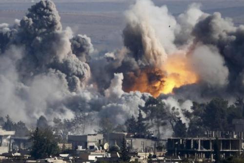 Một cuộc không kích IS ở thị trấn Kobani, Syria. Ảnh: Reuters