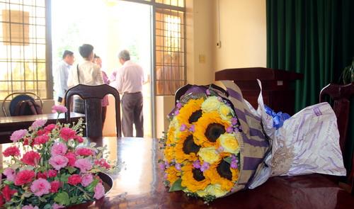 Bó hoa xin lỗi bị chị Ngọc bỏ lại hội trường UBND xã Phước An sau buổi xin lỗi. Ảnh: Phước Tuấn