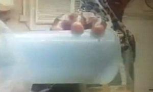 Osin lén đổ nước tiểu vào nước hoa quả cho chủ uống