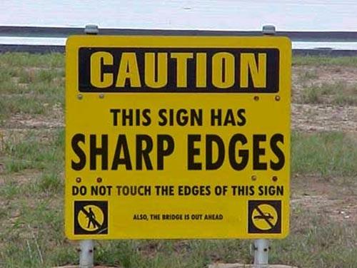 Cảnh báo: Biển báo này có cạnh rất sắc, không chạm vào biển báo. Phía trước cầu hư.