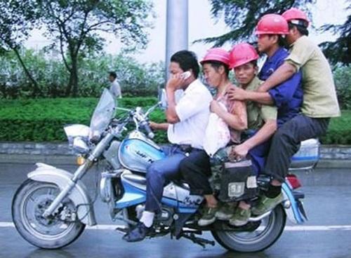 Năm anh em trên một chiếc mô tô.