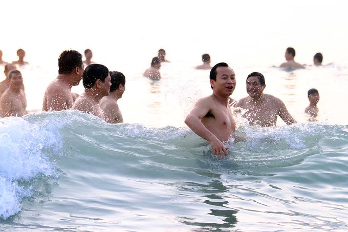 Bí thư và Chủ tịch Đà Nẵng tắm biển, dân chen chân mua cá