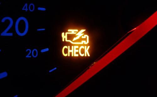 Đèn check engine bật sáng.
