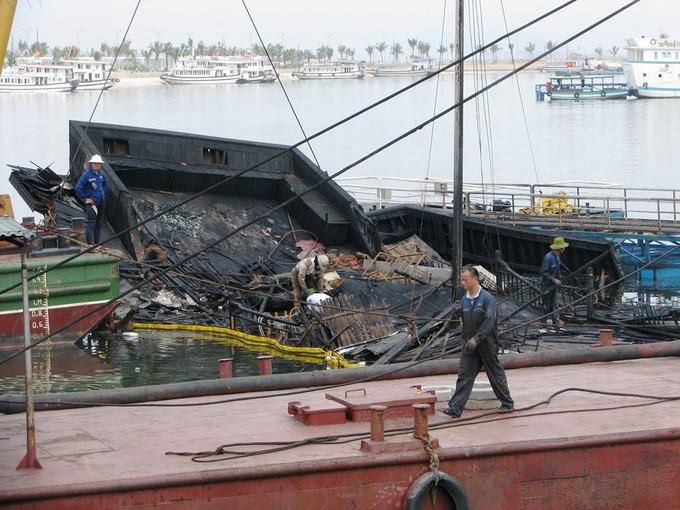 Trục vớt tàu du lịch cháy trên vịnh Hạ Long