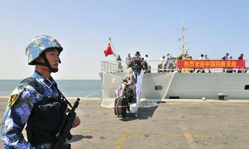 Lính hải quân Trung Quốc đứng canh gần tàu chiến Linyi khi tàu này đến vịnh Aden đón công dân Trung Quốc năm 2015. Ảnh: Reuters