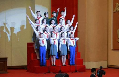 Trẻ em Triều Tiên đeo khăn quàng đỏ tại đại hội đảng Lao động. Ảnh:RodongSinmun