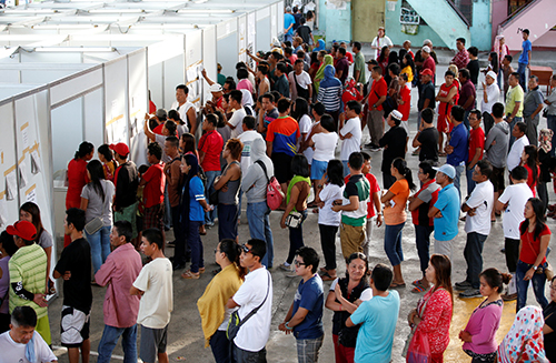[Caption]Residents queue as they wait for his turn to vote during the national elections in Davao city in southern Philippines, May 9, 2016. REUTERS/Erik De Castro