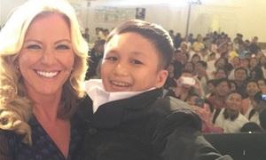 Nữ tỷ phú Anh bế 'cậu bé tý hon' Việt Nam lên trang nhất báo Tây