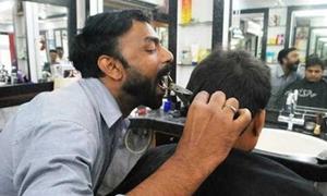 Chàng trai cắt tóc bằng miệng gây sốt ở Ấn Độ