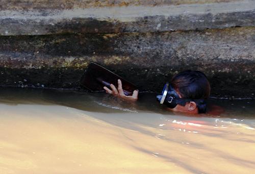Sau gần 5h mất hút, anh Có nổi lên mặt nước khi nhiệm vụ đã hoàn thành. Ảnh: Phúc Hưng