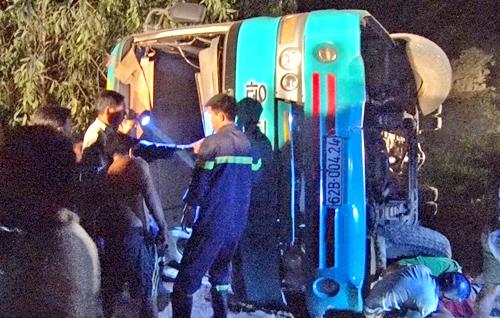 Lực lượng cứu hộ giải cứu 25 công nhân trong ô tô lật. Ảnh: An Nam